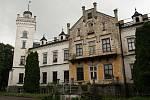 Zámek v Jistebnici dříve a dnes. Do oprav se pustil jeho nový majitel Ivan Svítek.