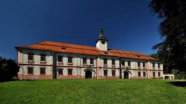Opuštěný a chátrající nadějkovský zámek.
