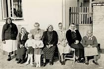 Ženy a děti v Mezné v roce 1957.