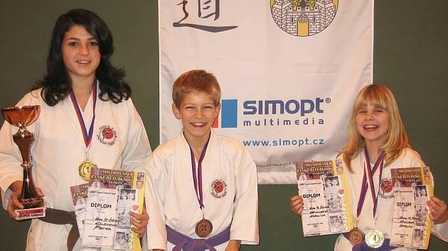 Starší žákyně Petra Kanovová, mladší žák Filip Veselý a mladší žákyně Karolína Křivánková (zleva)  se právem těšili ze zisku republikových medailí.