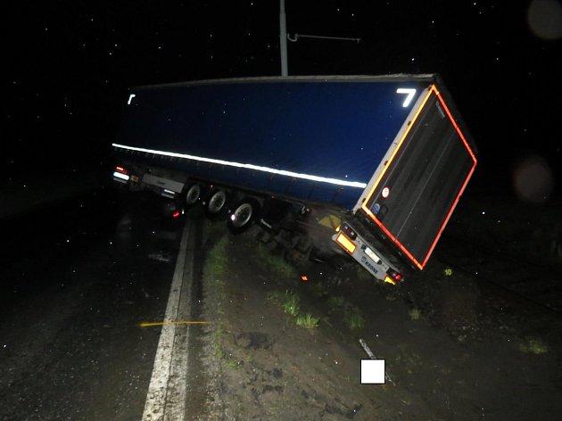 Na železničním přejezdu uobce Sudoměřice uBechyně se vúterý večer střetlo osobní a nákladní auto. Kamion se pak převrátil a zasahoval do kolejiště.