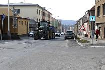 Na stovky aut, která by dříve projela centrem Tábora, si musí po dobu rekonstrukce Křižíkova náměstí zvykat obyvatelé Údolní ulice, kudy vede objízdná trasa.