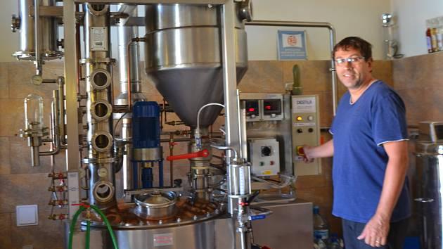 Petr Prokeš s destilačním zařízením