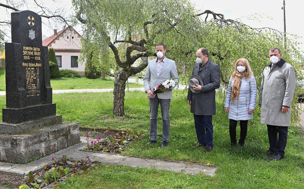 Ve Veselí nad Lužnicí rozkvetly sakury. Veselští si připomněli konec války.