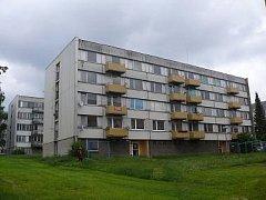 SÍDLIŠTĚ U ZASTÁVKY. Tyto panelové domy vlastní firma AMRA, která městu dluží peníze za zálohy na energie.