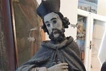 Socha svatého Jana Nepomuckého čeká na opravu.