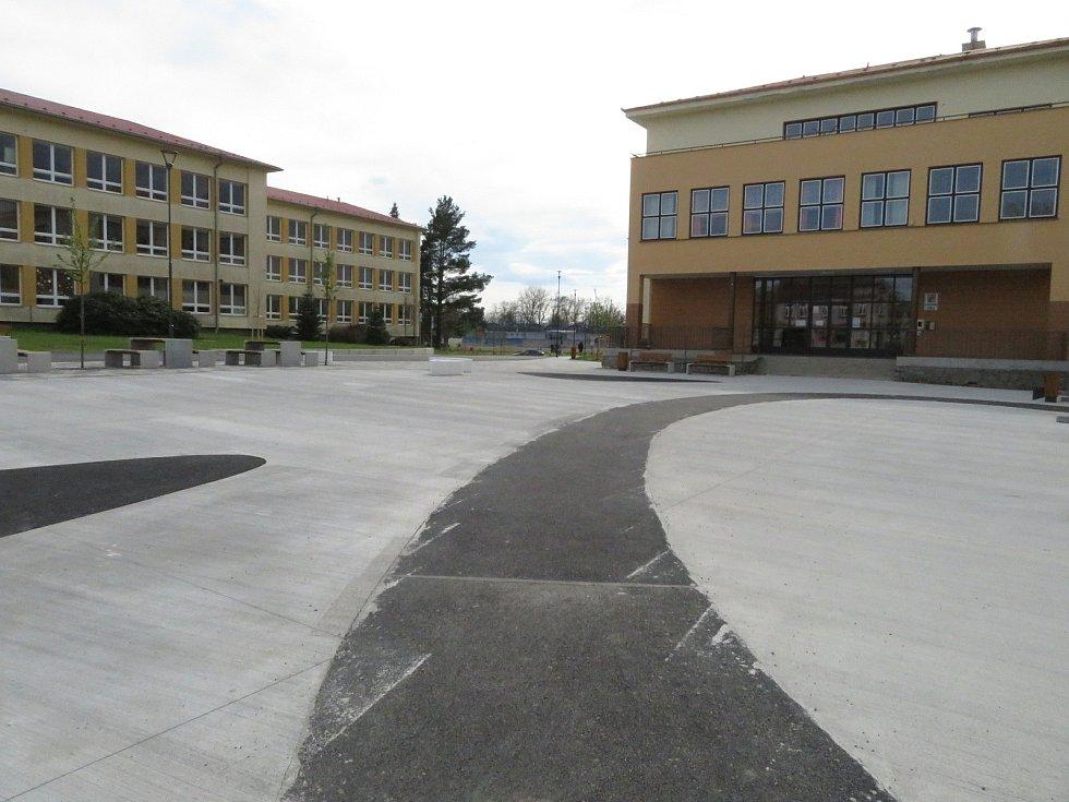 Cílem projektu revitalizace předprostoru Základní školy E. Beneše a gymnázia v Soběslavi je zvýšit bezpečnost dopravy, rekonstrukce veřejného osvětlení, odvodnění ploch a realizace sadových úprav.