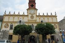 Stará radnice byla postavena na místě původní radnice (vyhořelé v roce 1579) v roce 1616 mistrem Benešem Vlachem v renesančním slohu.
