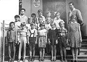 LIBENICKÁ TŘÍDA. Snímek z roku 1949/50, kdy Antonínu Hrdinkovi bylo devět let. Uprostřed je řídící Josef Tůma.