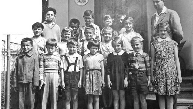 Jan Pokorný se vyfotil se svou třídou. Ve třetí řadě stojí jako první zleva  Josef Pánek.