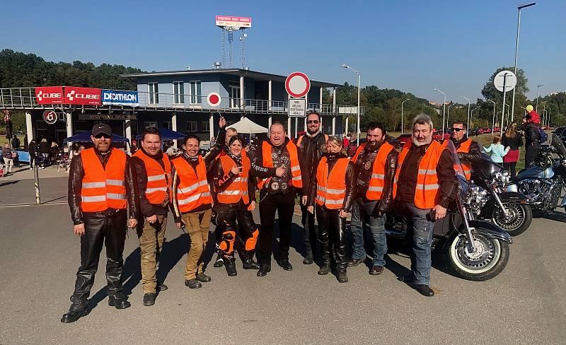 Na sraz letos dorazil také motorkářský klub z Chýnova, Moto Bizoni, pomáhali s organizací vyjížďky a samozřejmě také přispěli na dobrou věc.