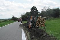 """Náklad klád """"zaparkoval"""" v úterý kolem půl jedné hodiny odpolední řidič chorvatské národnosti do příkopu těsně za Ratibořskými Horami směrem na Tábor."""
