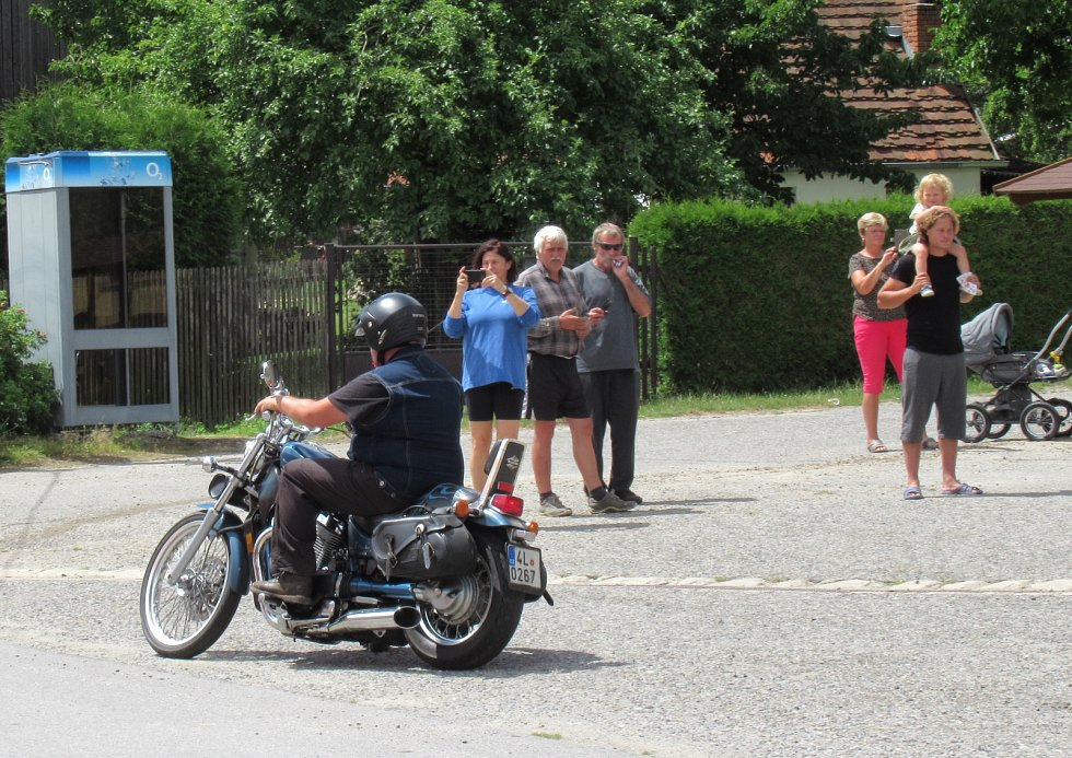 Z Hlavňova v pátek 5. července vyjelo 20 silničních motorek a jeden veterán na téměř padesátikilometrový výlet.