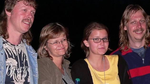 Pavlína Jíšová (druhá zleva) s dcerou Adélou a pořadateli Koktejlu z kapely Cugrunt.