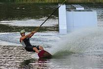 Kemp Karvánky mezi Soběslaví a Veselím nad Lužnicí obsadili tuto sobotu závodníci na wakeboardech.