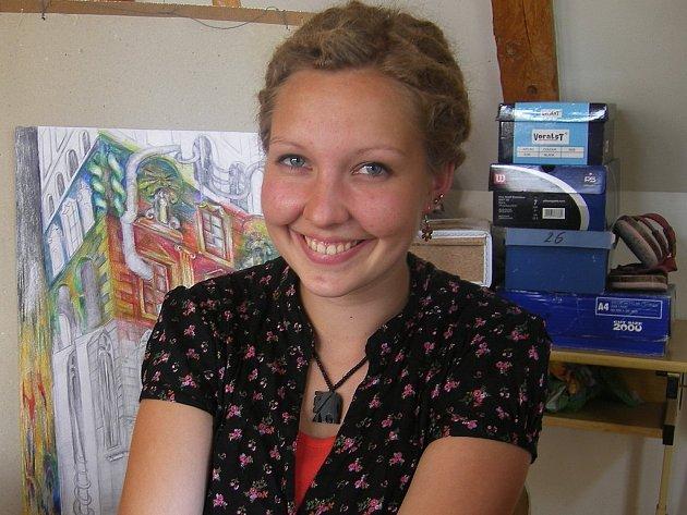 REALITA PLUS FANTAZIE. Klára Třicátníková (18) svým obrazům dodává kouzlo vkusným kombinováním výtvarných technik.