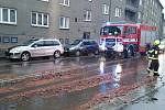 Padající střešní tašky z domu na Budějovické ulici.