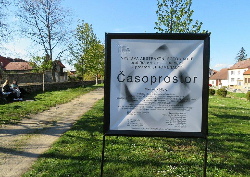 V Soběslavi v parku Promenáda najdete venkovní výstavu. Abstraktní snímky fotila Vlastina Nýdlová.