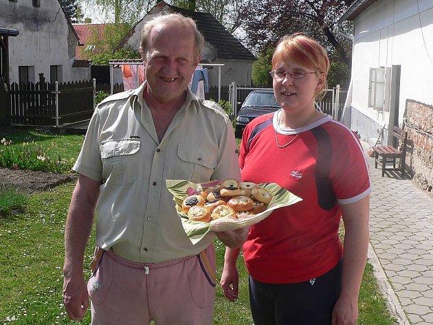 K pouti patří  koláčky.  Tuto tradici udržují i v Ratibořských Horách. Na snímku Antonín Fišer s dcerou Dášou.
