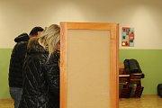 Volby v okrsku ve škole v Helsinské ulici v Táboře.