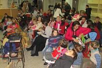 Cheiron T rozjíždí nový klub pro děti a mládež na Sojčáku a začátek kampaně na jeho vybavení zahájil v pátek 29. listopadu v 17.30 hodin loutkovým divadlem. Vánoční příběh.