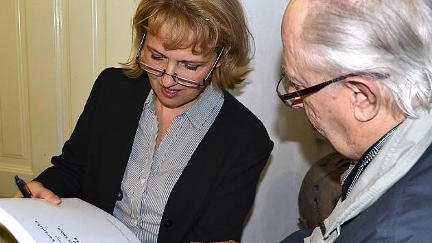 Lenka Merglová Pánková po ukončení vernisáže nevěděla, kam dříve skočit. Přijímala gratulace a především podepisovala knihy. Na snímku se podepisuje Jindřichu Řeřábkovi.