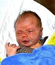Matouš Vondráček z Dobronic u Chýnova. Poprvé na svět pohlédl 4. prosince v 6.14 hodin. Po narození vážil 4160 gramů, měřil 53 cm a už má brášku Honzíka, kterému je tři a půl roku.