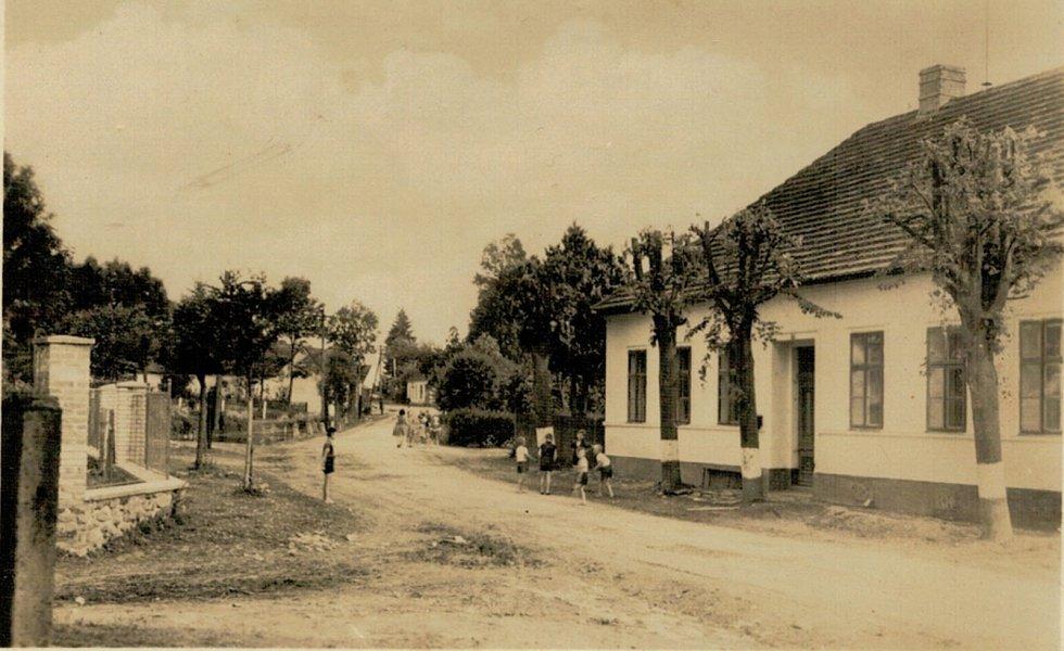 Budova mezenské školy v 60. letech 20. století.