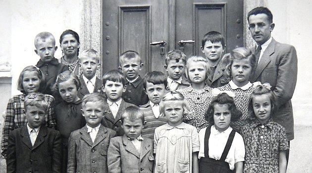 Vzadu stojí školnice a budoucí starostka obce Marie Šafaříková. Třídu učil řídící Jan Fučík ze Záhostic.
