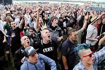 Jeden z 15 000 diváků, kteří letos přijeli do Tábora na Mighty Sounds. Akci opět hrozí pokuta za hluk.