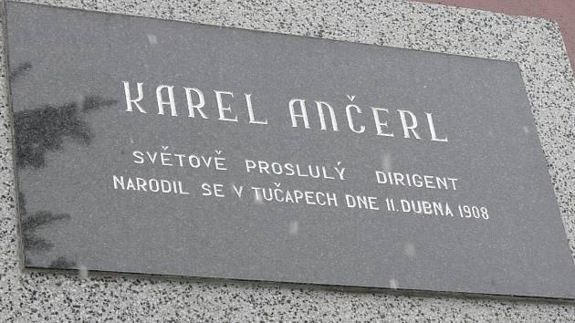 Pamětní deska Karla Ančerla na budově obecního úřadu.