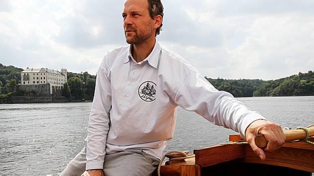MOŘEPLAVEC Daniel Rosecký zná duši lodí. V létě vzal Deník na palubu své lodi Miamiti, kterou postavil jako první.