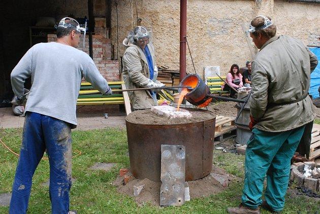 Jan Vančura, Michal Bosák i Michal Votruba při odlévání keltských nožů na dvoře bechyňské keramické školy.