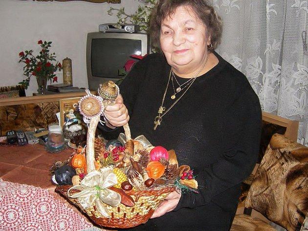 DOVEDNOST. Bronislawa Katonová vytváří všechny své důmyslné výrobky na stole u televizoru.