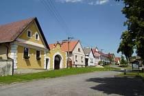 Typická selská náměstí a návsi jsou pýchou téměř každé vesnice v Jihočeském kraji. Borotín se pyšní nejen dobře známým selským barokem, ale i řadou dalšího občanského a kulturního vybavení.