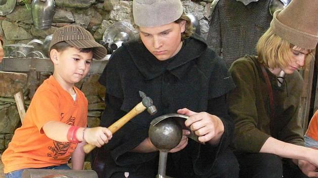 Platnéřské řemeslo si zkouší Karel Koutek z Votic