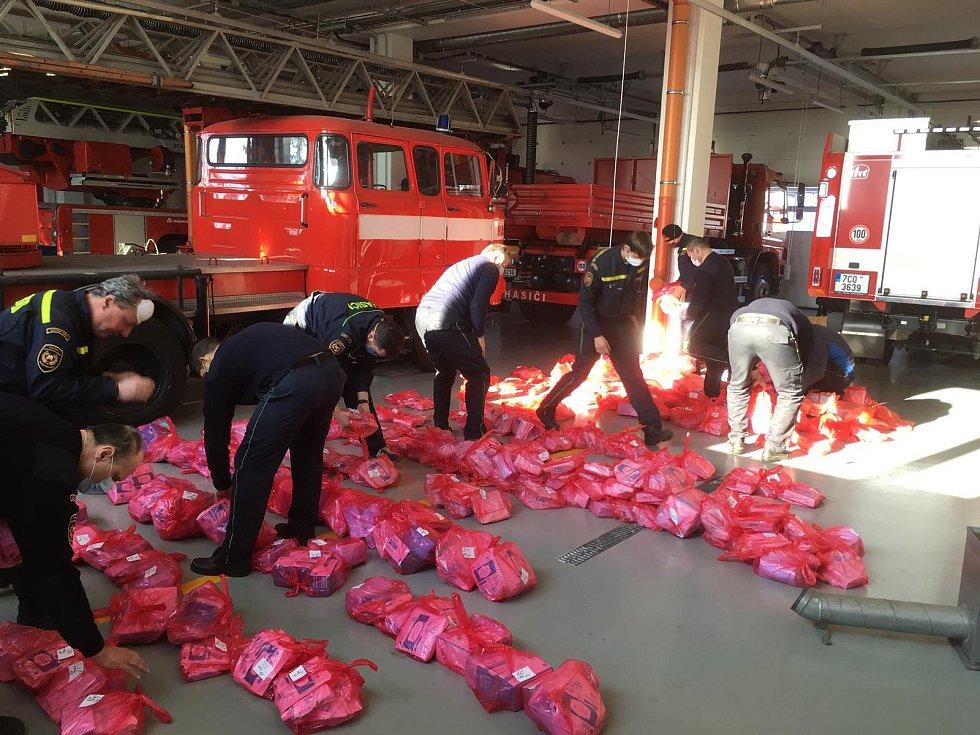 Na stanici v Táboře - Měšicích byl soustředěn materiál, který má pomoci v boji proti koronaviru.