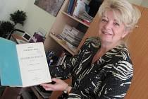 Primářka a ředitelka Iva Hodková s historickým dokumentem.