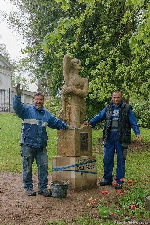 Hrob Josefa Němce opět zdobí původní socha od J.V.Duška.