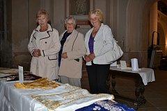 Jarmila Sváčková, Marie Dyndová a Helena Stochová střežily šatičky pro panenku Marii.