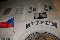 Rožmberský dům po dobu výstavy zdobí portrét Václava Havla.