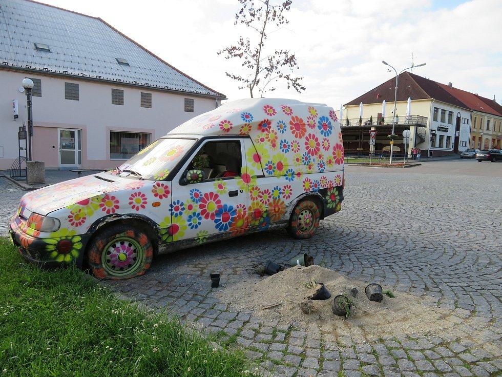 Síla květů, flower power měla být energií a motorem auta, které se ve veřejném prostoru stalo industriálním květináčem. Z pátka na sobotu však instalace skončila na boku.