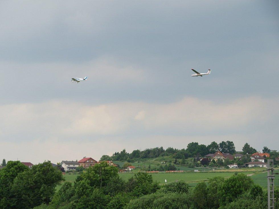 Seskoky nad Aeroklubem a letištěm Tábor v sobotu 12. června.