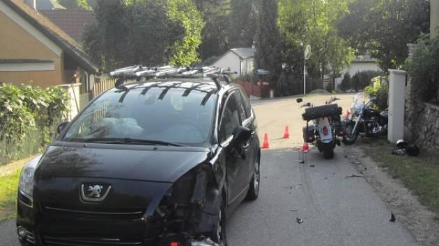 Těžkým zraněním a převozem na traumacentrum končily nehody motorkářů na Táborsku. Snímek je z havárie v Jistebnici.