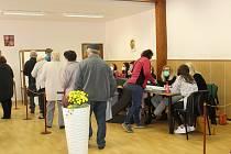 První den voleb se v řadě míst na Táborsku tvořily ve volebních místnostech fronty. Snímek je z voleb v Mladé Vožici.