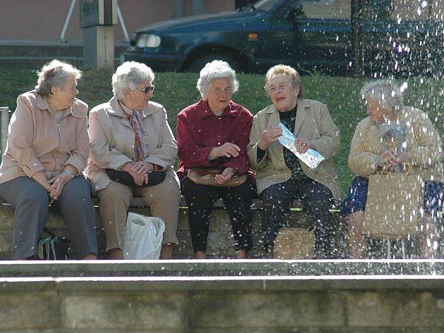 ODPOČINEK I PRÁCE. Lidé si dnes mohou vybrat, jak budou trávit čas v důchodovém věku. Mnoho seniorů stíhá ještě řadu let skloubit odpočinek s přivýdělkem v nejrůznějších profesích.
