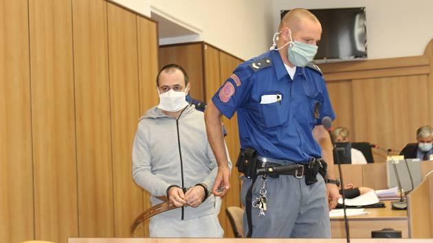 Již potřetí se sešel krajský soud v Táboře nad případem útoku nožem. Obžalovanému hrozí patnáct až dvacet let za mřížemi.