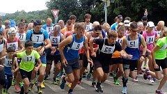Start závodu, Ondřej Kohout běží v černém oblečení s č. 59.