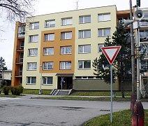 V tomto panelovém domě v bechyňské Libušině ulici přišla o život sedmatřicetiletá matka dvou dětí. Podezřelého muže policie zadržela.