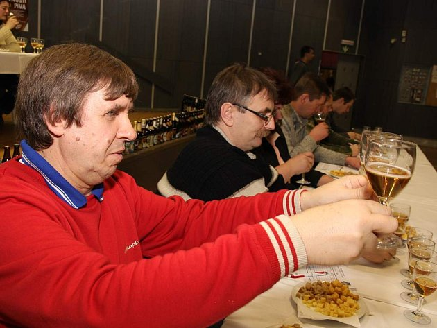 V sále Jihočeské univerzity včera pokračovaly degustace piv. Výrobní vedoucí pivovaru Eggenberg Rostislav Zagora (na snímku) říká, že nejdůležitější na pivu je vůně a chuť.
